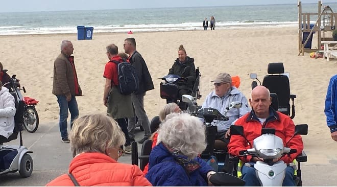Deelnemers MS scootmobiel- en fietstocht op een Quingo leenscootmobiel