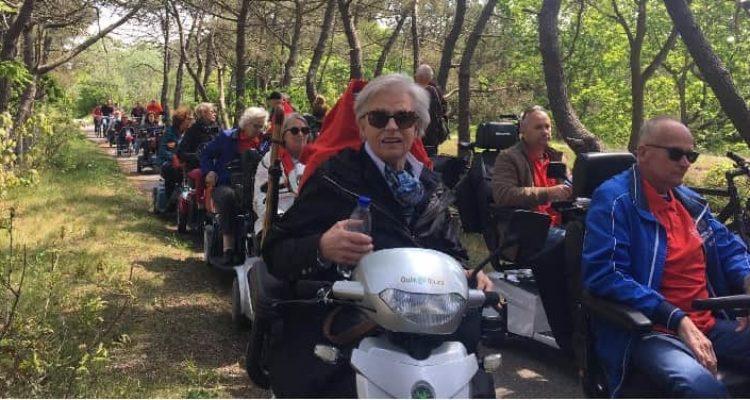 Deelneemster aan de MS scootmobiel- en fietstocht op een leen scootmbiel van Quingo.