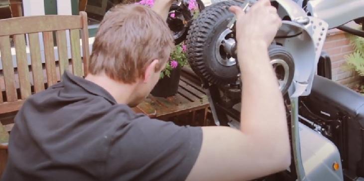 quingo monteur voert schadetaxatie scootmobiel uit