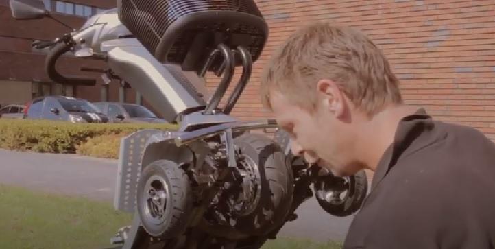 quingo servicemonteur voert een onderhoudsbeurt uit