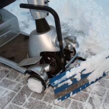Zelfgemaakte Quingo scootmobiel sneeuwschuiver in actie: zo is de straat snel sneeuwvrij!
